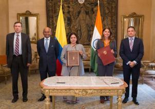 •La vicepresidente y canciller, Marta Lucía Ramírez, y la ministra de Estado para Asuntos Exteriores de la India, Meenakshi Lekhi, firmaron dicho memorando que se espera sea un hito en el camino de la cooperación bilateral entre ambos países